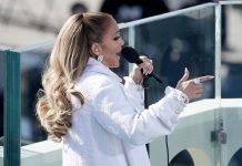 Jennifer López canta en la ceremonia de investidura del presidente Joe Biden frente al Capitolio estadounidense, en Washington, el miércoles 20 de enero del 2021. (Greg Nash/Pool Photo via AP)