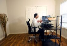 Vibin Roy, director de Doctor on Demand, habla con una paciente durante una consulta virtual desde su casa el 23 de abril del 2021 en Keller, Texas. (AP Photo/LM Otero)
